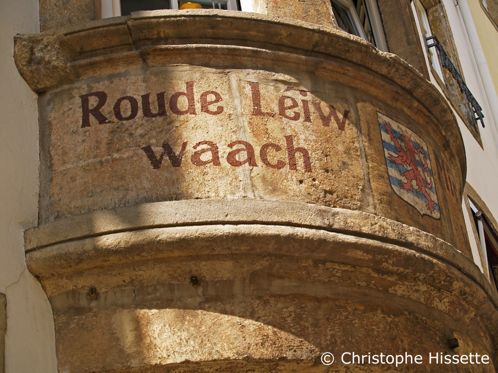 Roude Léiw waach : The Red Lion keeps watch, rue de la Loge, Luxembourg-Ville