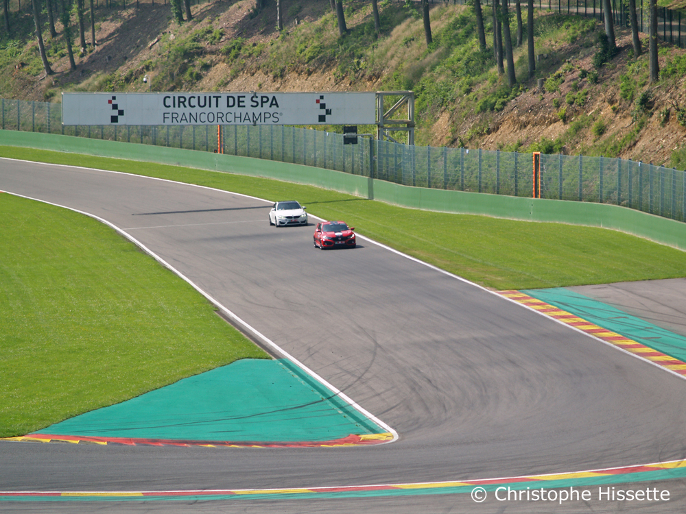 Honda Civic Type R GT et BMW dans la ligne droite avant le virage La Chicane