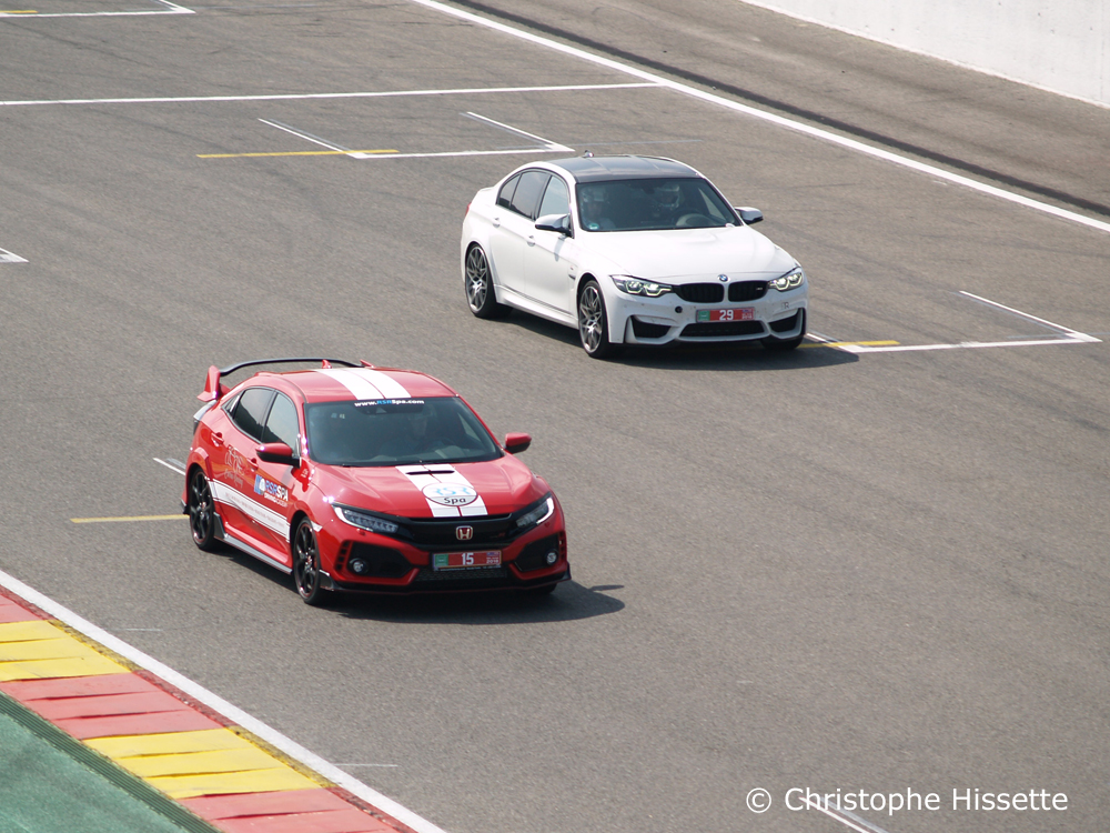 Honda Civic Type R GT et BMW dans la ligne droite devant les paddocks