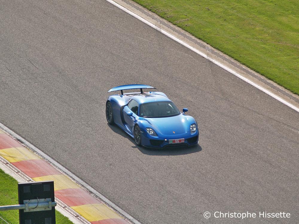 Porsche dans la ligne droite en descente avant le virage double gauche du Pouhon