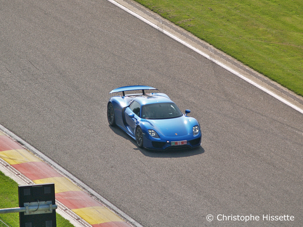 Porsche at the straight line of descent before the double gauche du Pouhon corner