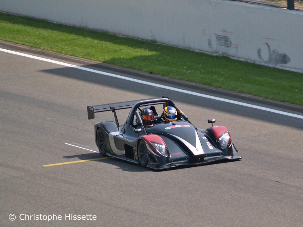 Radical SR3 RSX dans la ligne droite devant les paddocks