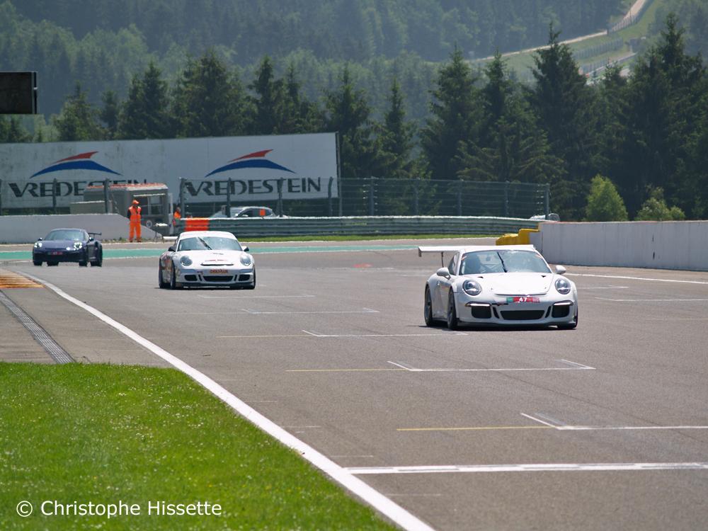 Porsche dans la ligne droite devant les paddocks