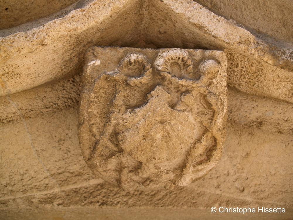 TCoquille Saint Jacques sur l'ancienne hostellerie-infirmerie de Vézelay  (Patrimoine Mondial de l'Unesco - Chemins de Compostelle), Vézelay, France