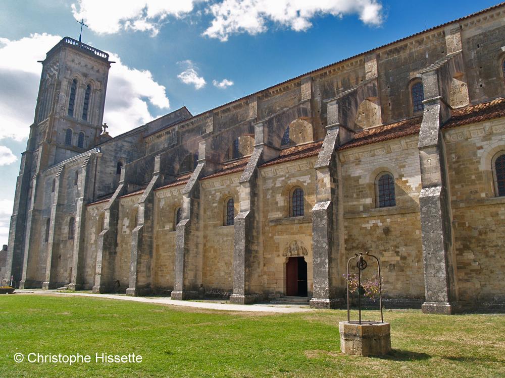 Façade latérale de la Basilique Sainte-Marie-Madeleine de Vézelay  (Patrimoine Mondial de l'Unesco - Chemins de Compostelle), Vézelay, France